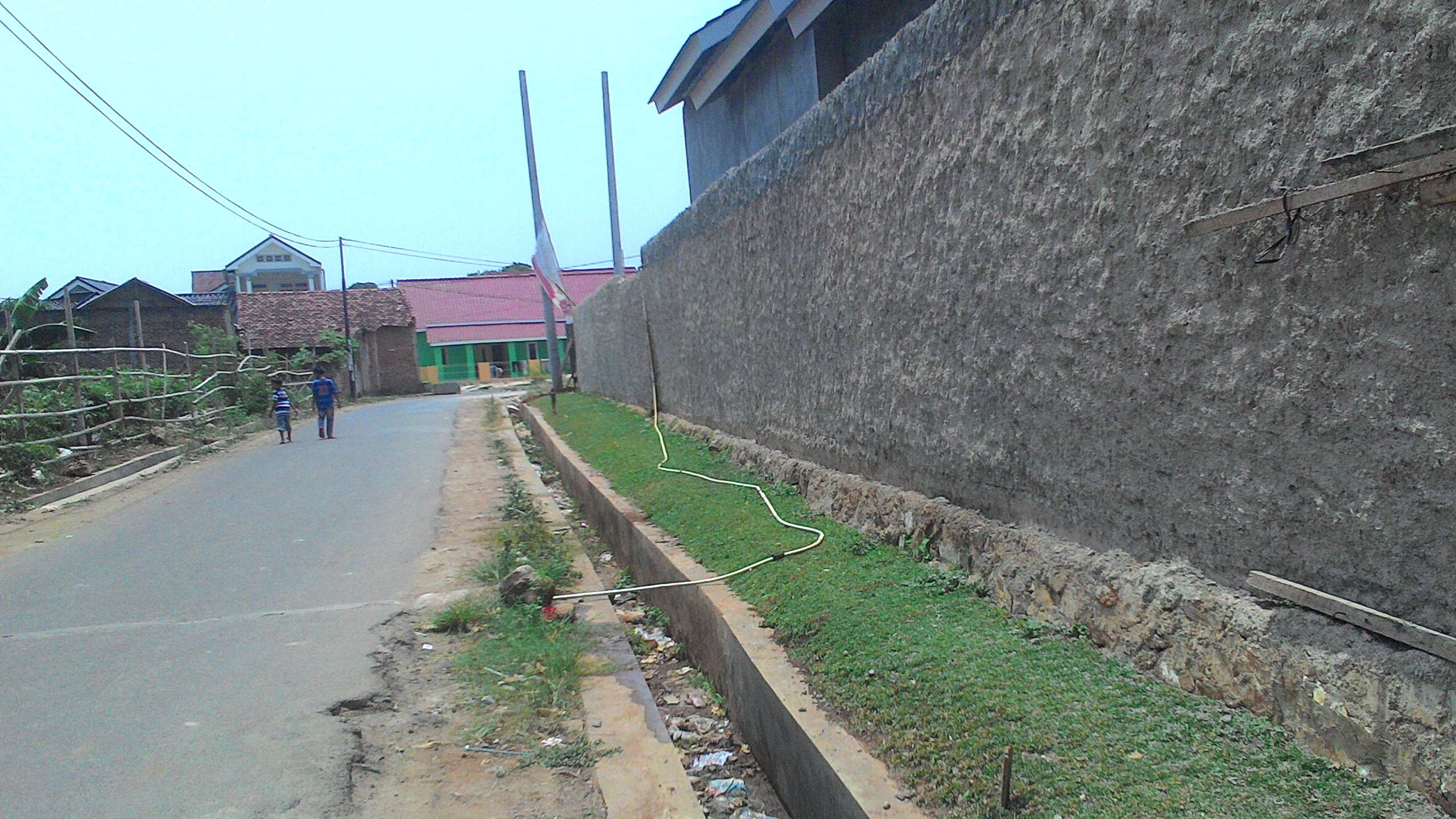 Akses Jalan di samping Perumahan - Saluran Sekeliling Perumahan